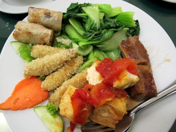 Yksi menuseteistä. Sisälsi pari ihan ohuesta riisipaperista tehtyä kevätrullaa, pari läskisen oloista feikkilihapalaa, tofua, paksoita ja tempuroituja minimaisseja.