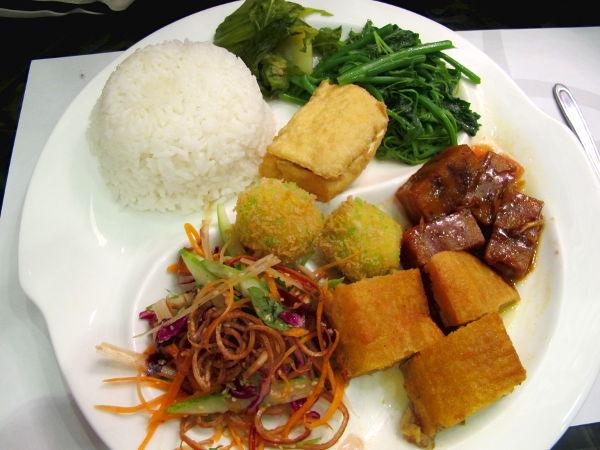 Yksi Thien Phat -kasvisravintoloiden menuseteistä.