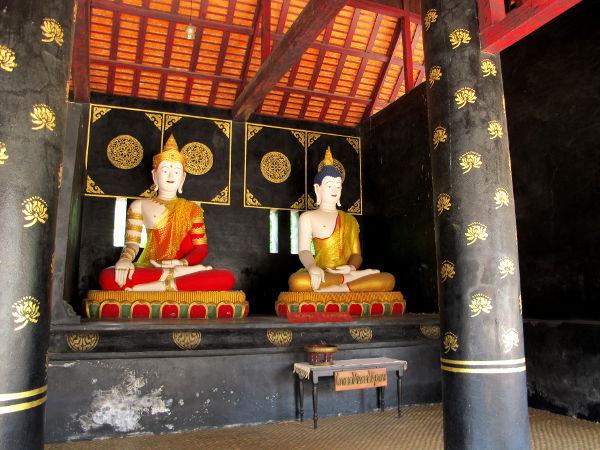 Musta-kultaset pylväät ja patsaita.