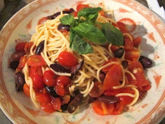 Aika tylsä pasta kirsikkatomaateilla ja oliivilla.