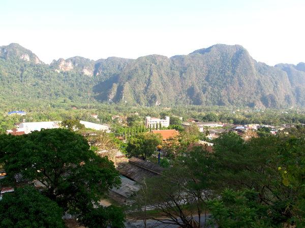 Phang Ngata ympäröiviä vuoria.