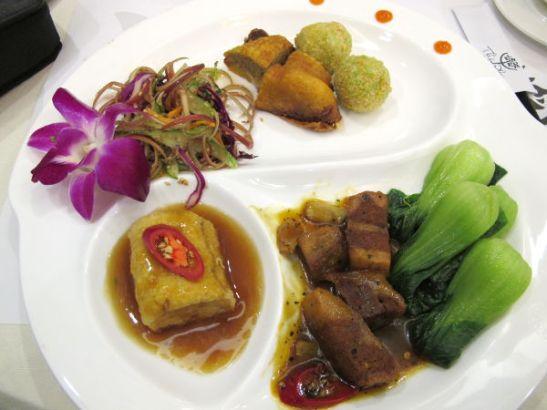 Thien Phatin 150.000 dongin menusetti, jonka lisäksi sai keiton, riisiä ja vähän hedelmää.