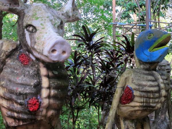 Outoja eläinpäisiä kärsiviä patsaita Ta Panissa. Nämä olivat vasta alkua kummalliselle patsasvalikoimalle.