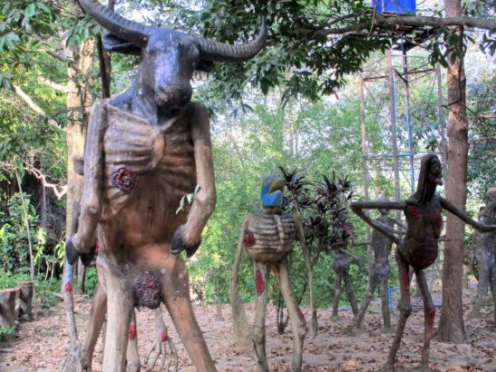 Sahattavien ihmispatsaiden ym. lisäksi alueella oli muuten vain kärsiviä olentoja esittäviä patsaita.