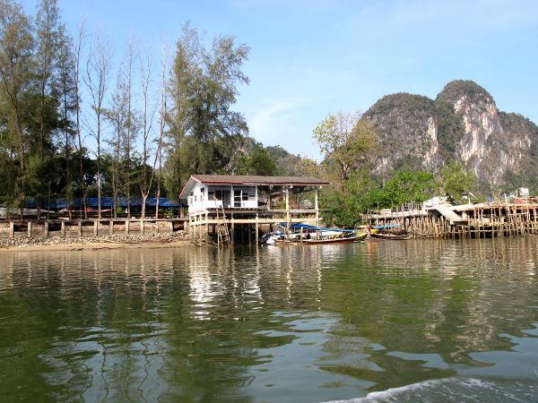 Talo rannalla lähellä veneemme lähtölaituria.