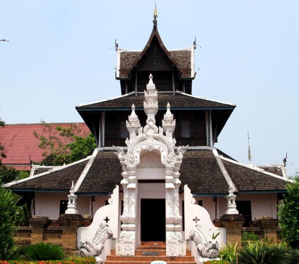 Yksi alueen temppeleistä.