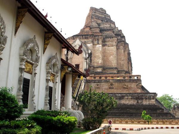 Chiang Main temppeleissä näkee, miten temppelirakennuksen takana on aina chedi. Tämä oli vain ainutlaatuisen vanha chedi, kun useimmissa temppeleissä takana on kultainen tötterö.