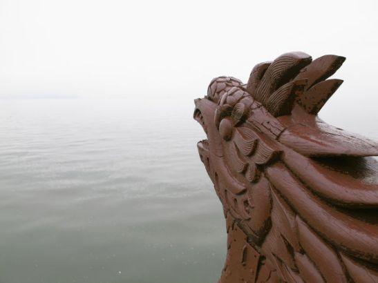 Veneemme nokka usvaa kohti matkan alussa.