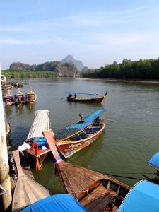 Veneet Ka Sohmin laiturilla Phang Ngan kaupungin eteläpuolella. Täältä lähtee tällaisia veineitä lahdelle.