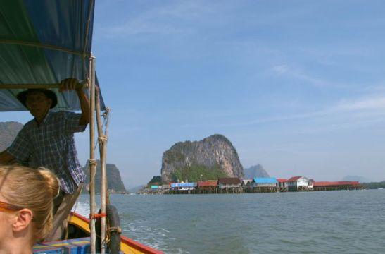 Veneemme veden päälle rakennetun Koh Panyeen kylän edustalla.