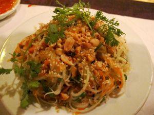 Papaijasalaatin vietnamilainen kasvisversio oli thaimaalaista miedompaa.