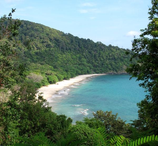 Bamboo Bay on eteläisin ja kaunein Koh Lantan rannoista. Se ei ehkä ole tyypillisintä rantamaisemaa Koh Lantalla, jossa pisimmät rannat sijaitsevat vähemmän dramaattisissa tasaisissa maisemissa.