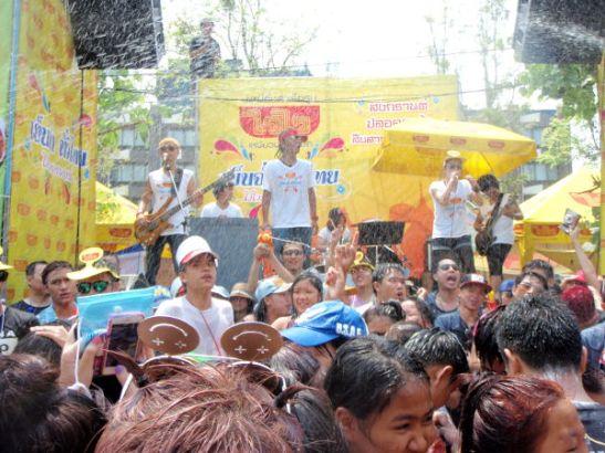 Chiang Main Thapae Gatella raikui musiikki kolme päivää, iltaisin yllättävää kyllä se suurimmaksi osaksi lakkasi.