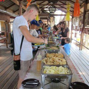 Elephant Nature Parkin lounas oli valtaisa ja hyvä kasvisbuffet, ainakin tähän asti Thaimaassa kokemieni laajavalikoimisin.
