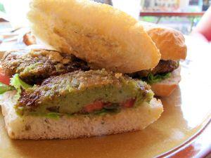 Koh Taon Mae Haadissa söin pari kertaa tukevampana aamiaisena mahtavan falafel-leivän Cappucino-kahvilassa. Se pitää tilata ilman tsatsikia.