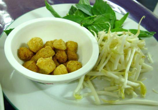 Pattayan Five Star Jay -kasvisravintolassa keiton mukana tuli tällaiset lisäkkeet. Kuivat soijapalat ihmetyttivät aluksi, mutta ne olivat keittoon lisättynä ihan ok.
