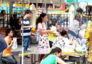 Rukoilijoita Bangkokin Erawan-pyhätöllä. Uskonnottoman voi olla vaikea ymmärtää mitä syvällisyyttä on rituaaleissa kuten rukoilussa ja temppelivierailuissa.