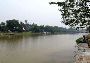 Chiang Mai on kaukana merestä, mutta siellä kulkee iso joki ja vanhaa kaupunkia ympäröi kanava. Ne tuovat kaupunkiin avaruutta, jäsennystä ja rauhaa.