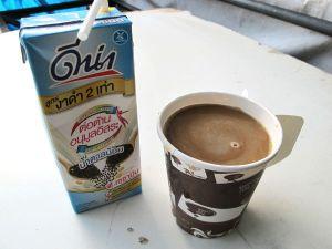 Vähäsokerisin löytämäni soijamaitolaatu, jota olen laittanut kadulta ostamaani kahviin. Ravintoloissakin kaivan purkin laukustani ja lorotan soijamaitoa pillin avulla kuppiin.