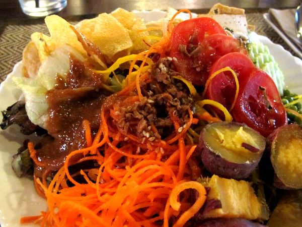 Khun Churnissa oli hyviä itämaisen makuisia salaatinkastikkeita. Salaattibuffetista tuli lautaselle myös keitettyjä bataatteja ja perunasipsejä.