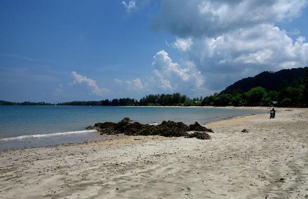 Länsirannikon pohjoisen hiekkaranta Klong Dao.