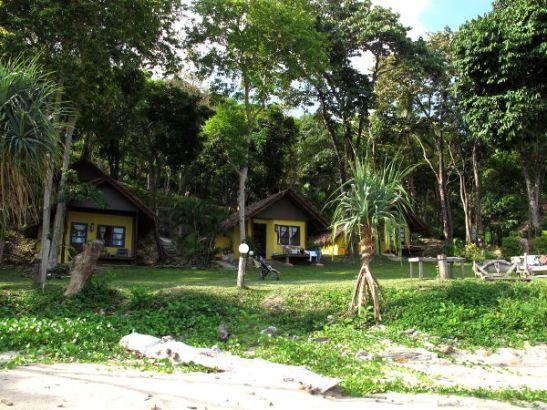 Majapaikkoja ei oikein näiden bungalowien ja niiden yläpuolella mäellä olevien rakennusten lisäksi näkynyt rannalle.