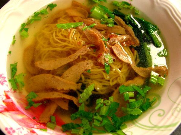 Laimea nuudelikeitto Bangkokin Chinatownin Lee Jae -katukasvisravintolassa. Joskus liemessä ei ole tarpeeksi makua ja siihen pitää lisätä kunnolla soijakastiketta, sokeria ja etikkaa. Kunnon nuudelikeitossa liemi olisi niin maukas, että sitä latkisi pelkästäänkin.