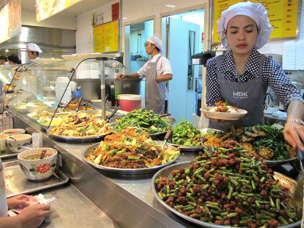 Kasvisruokatiski MBK-ostoskeskuksen food courtissa myy halpoja aitoja thaimaalaisia kasvisruokia.