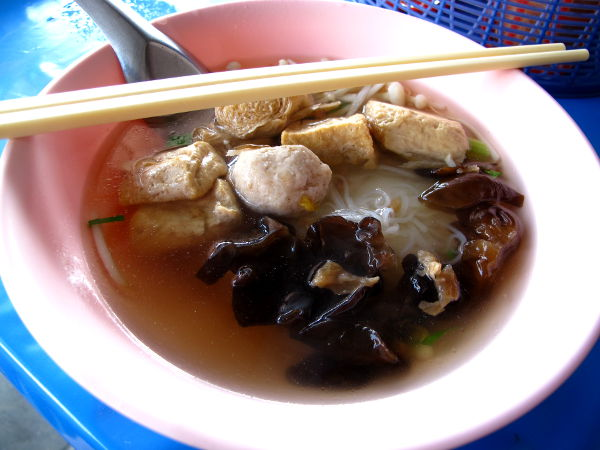 Buddhalaiset nunnat tarjosivat bangkokilaisella kadulla soppaa, josta tuntui puuttuvan mausteet. Sieniä, nuudelia ja tofua oli kyllä, mutta todennäköisesti satuin askeettista elämää jakavien nunnien paikkaan. Thaimaan jay-kasvisruokaan kun liittyy sellaista ajattelua, että voimakkaat maut ovat pahasta.