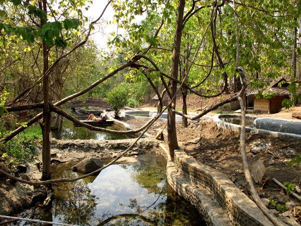 Kuumavesilähteille on rakennettu altaita.