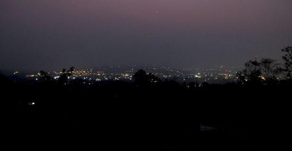Pai yöllä majapaikastamme kuvattuna.
