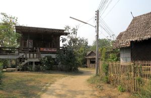 Paissa oli hiekkapolkuja ja takakujia, joista tuli Goa mieleen.