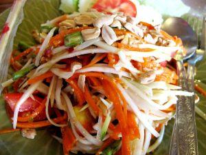 Juicy 4 U:ssa on kiva tilata papaijasalaatti, kun tietää ettei paikka ylejäänkään kasvisravintolana käytä kalakastiketta tai katkaraputahnaa sen joukossa.