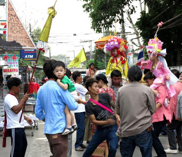 Paissa vietettiin Poi Sang Long -juhlaa, jossa pikkupoikia kannettiin hartioilla paikalliseen temppeliin.