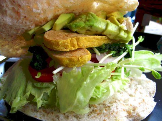 Juicy 4 U:n pita itse valituilla täytteillä. Thaimaassa syömissäni pitaleivissä leipäosuus oli loistava, ihan toista kuin Suomen nahkeat vehnäkäntyt.