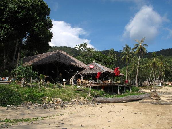 Bamboo Baylla on vain kaksi tai kolme ravintolaa rannalla.
