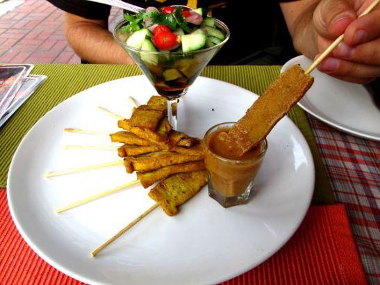 Brown Ricen satay tofu oli hyvää, koska maapähkinäsoossi oli loistavaa.