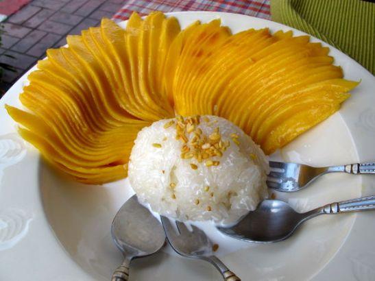 Sticky rice mango maistuu sekä aamiaisena että jälkiruokana. Harvoin mangot ovat näin hienosti aseteltuna.