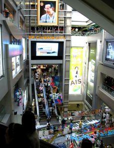 Tavaratalot ovat suosittuja hengauspaikkoja Bangkokissa, mutta missäpä maassa ne eivät olisi.