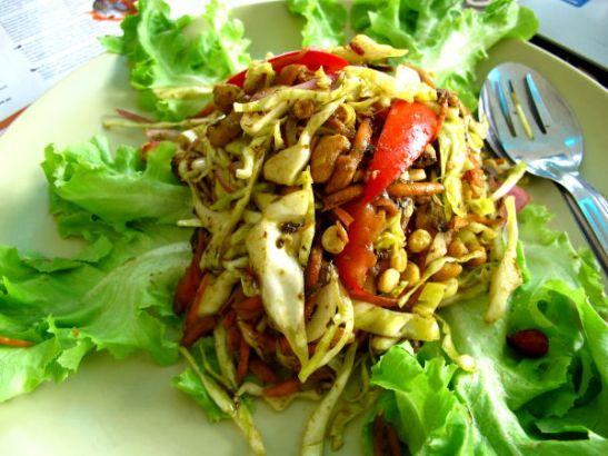 Teelehtisalaatti, jossa burmalaiset teelehdet eivät olleet pääosassa, vaan hyvänä mausteena.