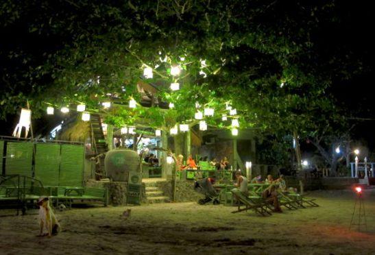 Time for Limen rantabaari Klong Daon rannan eteläpäässä. Kaikki baarin, ravintolan, kokkikoulun ja majapaikan tuotot menevät saaren koirista ja kissoista huolta pitävän Lanta Animal Welfaren hyväksi.