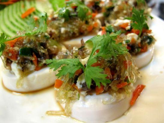 Bodhi Zen -ravintolan yllättavässä muodossa tullut sichuan-tofuannos. Alla on pehmeästä tofupötkelöstä (niitä myydään mm. 7/11:issä ja supermarketeissa) nerokkaasti leikattu viipale ja päällä hyvin maustettua lasinuudelihässäkkää.