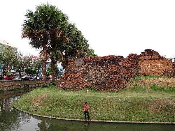 Vanhan kaupungin kulma. Joissain kohdin on vielä jäljellä vanhan kaupungin muuria. Suorakaiteen muotoista vanhaa kaupunkia ympäröi kanava.