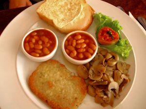 Hyvällä lykyllä tällainen englantilainen vegeaamiainen voisi olla vegaaninen. Mutta leipä pitää tarkistaa ja myös tuo perunarösti.