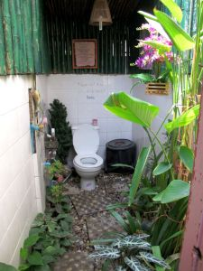Juicy 4 U:n puutarhamaiset saniteettitilat.