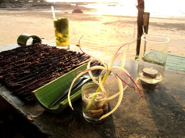 Ilta-aurinko Klong Daon rannalla Time for Limen rantabaarissa.