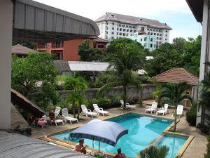 Hotellin uima-allas parvekkeeltamme kuvattuna.