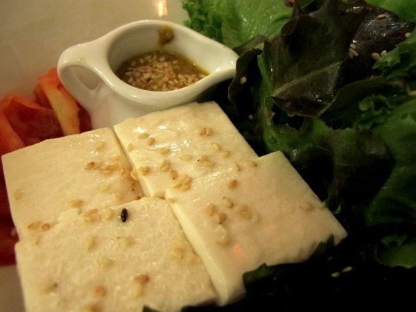 Tofusalaattia japanilaisessa ravintolassa. Japanilaisissa salaateissa on usein hyvää seesamikastiketta.
