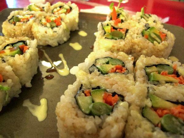 Kasvismakit krabilaisessa japanilaisravintolassa. Tajusimme pyytää ettei sisälle tulisi tamago-kananmunaa, mutta majoneesi unohtui. Sitä oli roiskittu päälle.