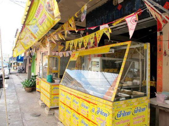 Tämä kasvisravintola on suorastaan vuorattu kelta-punaisiin jay-ruokamainoksiin, joista kasvisravintolat tunnistaa jo kaukaa.